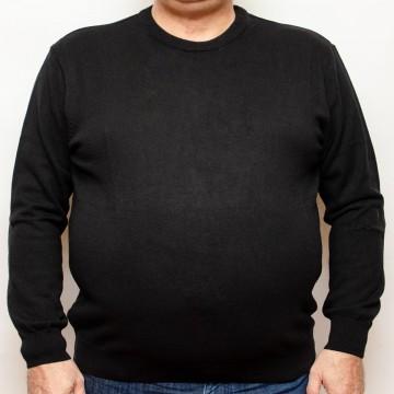 Pulover negru la baza gatului